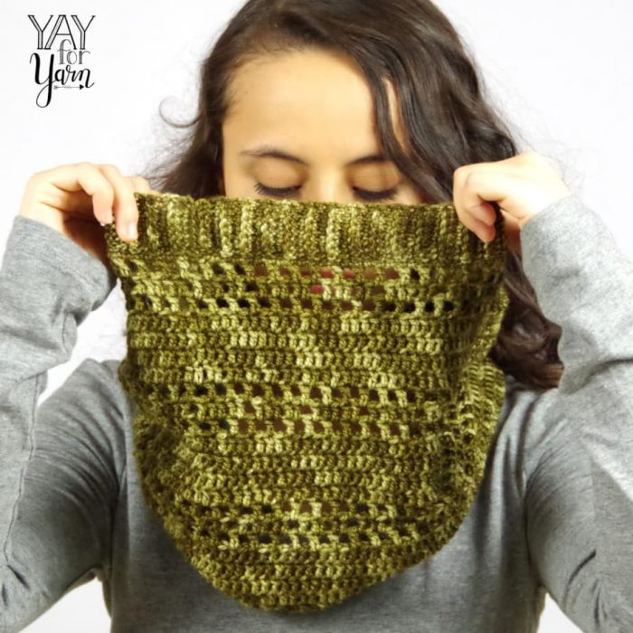 The Dots & Dashes cowl is the perfect lightweight fall accessory! FREE Crochet Pattern | Yay For Yarn
